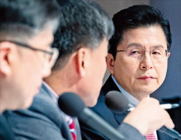 황교안 미래통합당 대표(오른쪽)가 25일 서울 세종대로 한국프레스센터에서 열린 관훈토론회에서 패널의 질문을 듣고 있다.  뉴스1