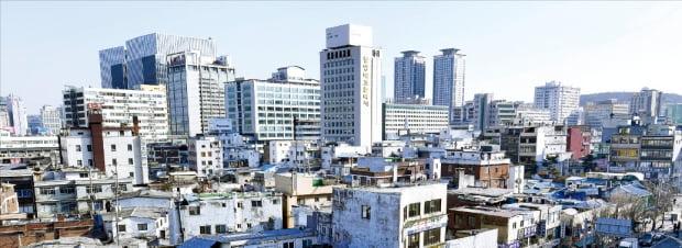 서울 종로구 세운재정비촉진지구 3구역에 들어설 주상복합 '힐스테이트세운'이 아파트 가구 수를 계획(998가구) 대비 절반 수준으로 줄이는 대신 도시형생활주택(489가구)을 배치했다. 분양가 상한제 시행에 따른 피해를 최소화하기 위해서다.  한경 DB