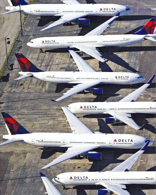 국제신용평가사 스탠더드앤드푸어스(S&P)가 지난 24일 미국 델타항공의 신용등급을 BBB-에서 BB로 두 단계 낮춰 투자등급에서 투기등급으로 떨어뜨렸다. 델타항공 여객기들이 25일 미국 앨라배마주 버밍햄국제공항에 멈춰 서 있다.  /로이터연합뉴스
