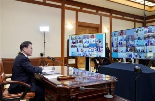 문재인 대통령이 26일 청와대 집무실에서 코로나19 공조방안 모색을 위한 G20 특별화상정상회의에 참석하고있다/사진제공=청와대