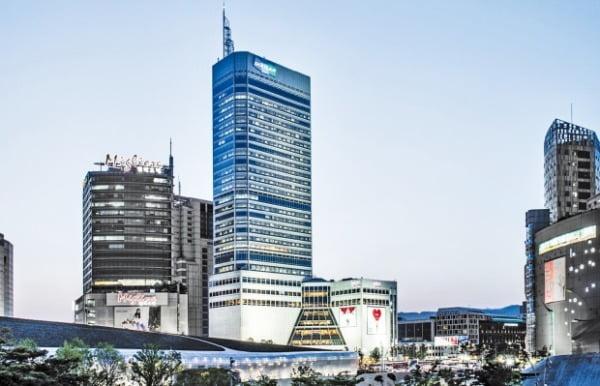 국내 증시가 강한 조정을 받으면서 배당주 투자에 관심이 커지고 있다. 높은 배당수익률과 분기 배당 실시로 투자자의 주목을 받는 두산의 서울 중구 두산타워 전경. 두산 제공