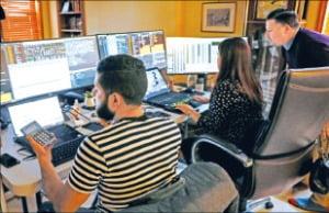 뉴욕증권거래소가 코로나19 여파로 객장을 폐쇄한 가운데 트레이더들이 26일(현지시간) 온라인 거래를 하고 있다.  /로이터연합뉴스
