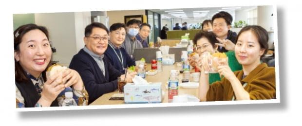 구자균 LS일렉트릭 회장(왼쪽 두 번째)이 지난 27일 서울 LS용산타워 10층에 조성한 스마트오피스에서 직원들과 함께 점심 식사를 하고 있다.   LS일렉트릭 제공