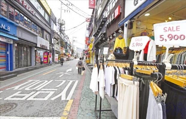 < 발길 끊긴 상점가 > 코로나19 여파로 지난 2월 생산·투자·소비 등 3대 지표가 일제히 마이너스로 돌아섰다. 31일 서울 은평구 연신내역 상점가가 한산한 모습이다.  신경훈 기자 khshin@hankyung.com