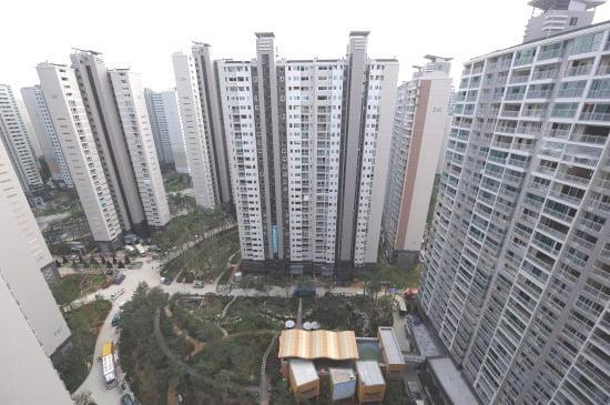 정부의 12·16 대책 이후 잠실 아파트 값이 하락세다. 이 지역 '리센츠' 매매가격은 석 달 새 4억여원 내렸다./ 한경DB