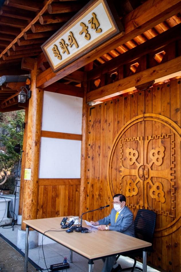 [포토] 신천지 평화의 궁전에 나타난 이만희