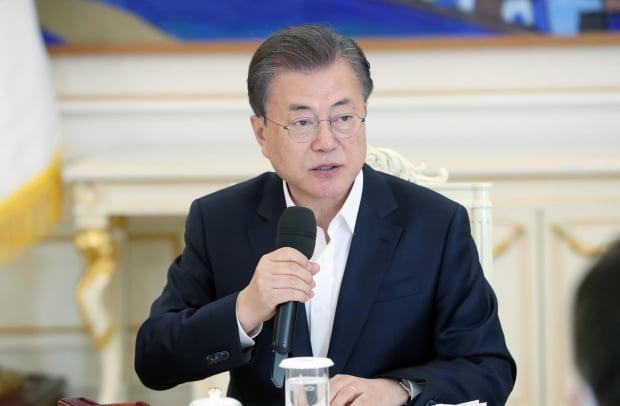 문 대통령, '50조원 비상금융조치' 한은 총재에 두차례 '감사'
