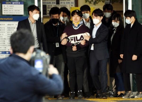 인터넷 메신저 텔레그램에서 미성년자를 포함한 여성들의 성 착취물을 제작·유포한 혐의를 받는 '박사방' 운영자 조주빈이 25일 오전 서울 종로경찰서에서 검찰로 송치되고 있다. 사진=강은구 기자