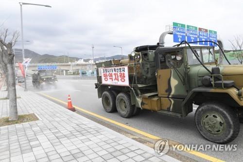 국방부, 마스크 생산 6개업체에 장병 72명·배송차량 지원