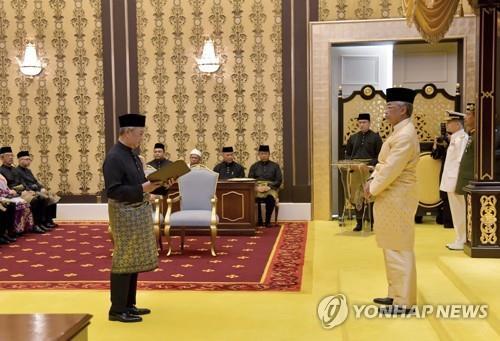 """무히딘 말레이 새 총리 취임…마하티르 """"내가 과반 지지받아"""""""