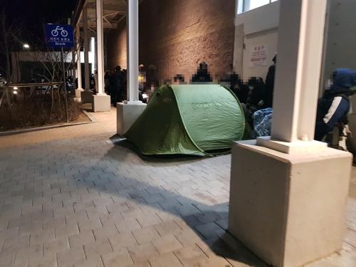 [르포] 밤샘 텐트까지 등장…자정에 500명 넘긴 마스크 구매 대기행렬