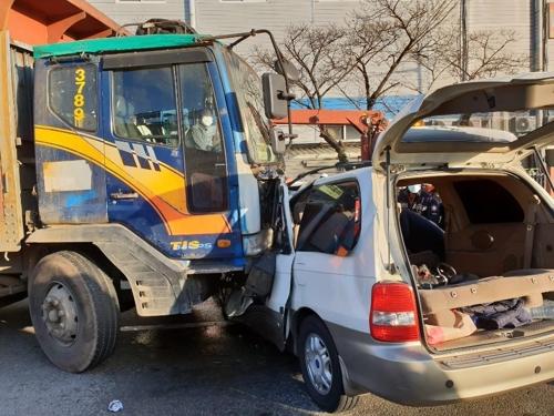 창원에서 트럭-RV 차량 충돌…외국인 1명 사망·7명 부상