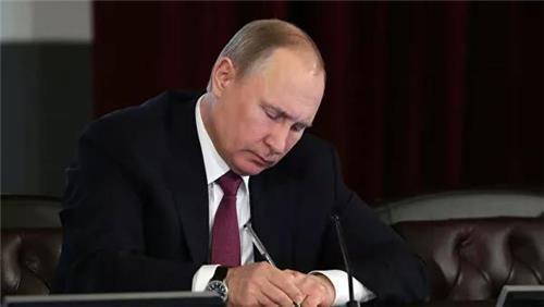 푸틴, 의회 승인 통과한 개헌안 서명…헌법재판소 심의로 넘겨져