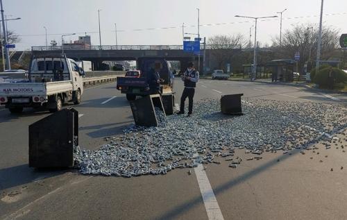 화물차에 실린 볼트가 도로에 '와르르'…차량정체·노면 손상