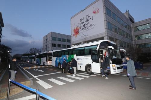 이란서 귀국한 교민들 성남 코이카 연수센터 도착