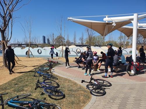 '완연한 봄' 조심스레 공원 나들이…명동거리·PC방은 한산