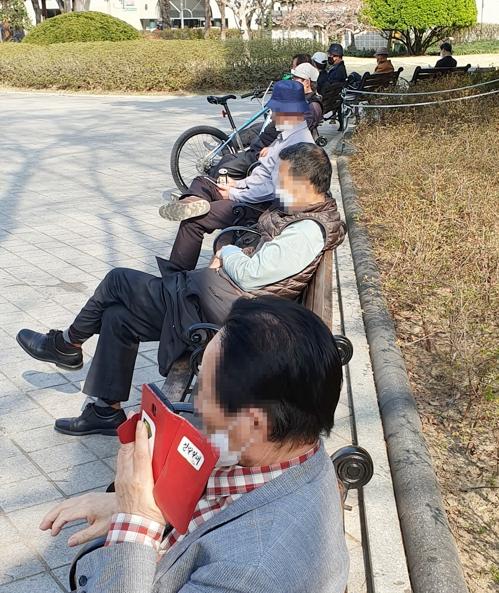 한달여간 '집콕'에 지친 대구 시민들 봄기운에 '기지개'