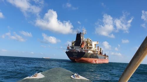 인도네시아 해군에 나포된 한국 선박 두 척, 억류 장기화