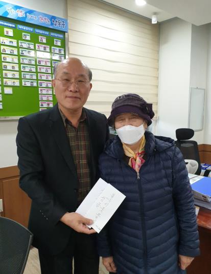 90세 노인 손수세미 팔아 모은 20만원 기부…선행 잇따라