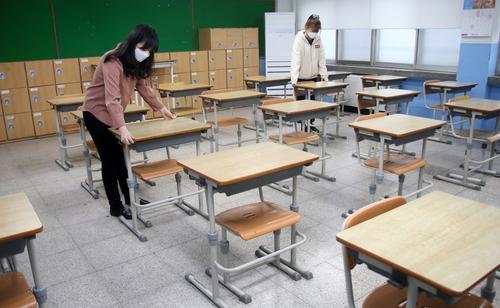 """[카메라뉴스] """"코로나19 대응…학교 책상 최대한 띄엄띠엄"""""""