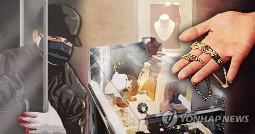 금은방 유리문 깨고 들어가 귀금속 훔친 2인조 검거