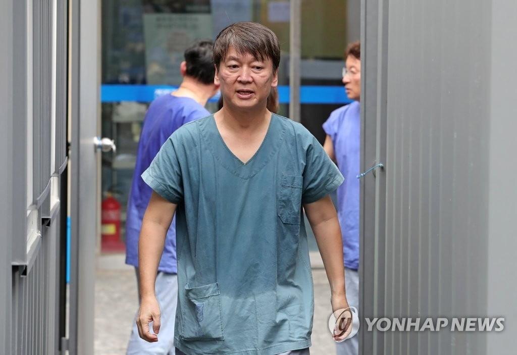 `의사` 안철수, 대구 내려가 방호복 입고 진료 자원봉사