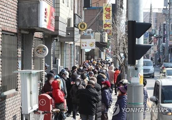 사람 많은 곳 피하라면서…마스크 판매 우체국마다 `긴 줄`