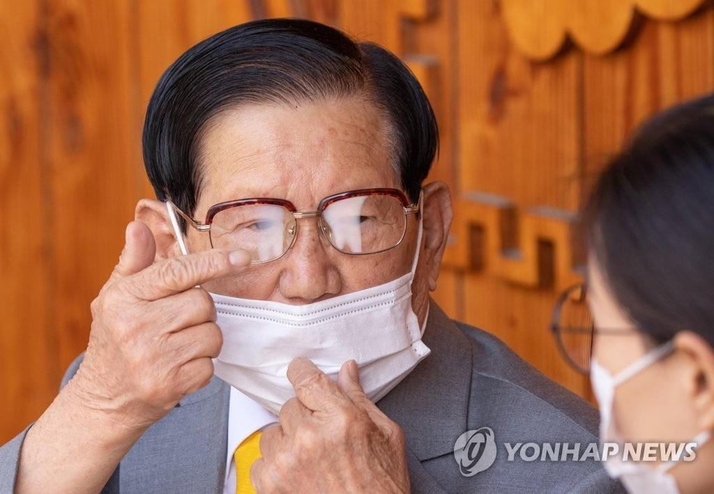 """이재명, 신천지 `평화의 궁전` 직접 방문…""""이만희 회장 코로나19 검사"""""""
