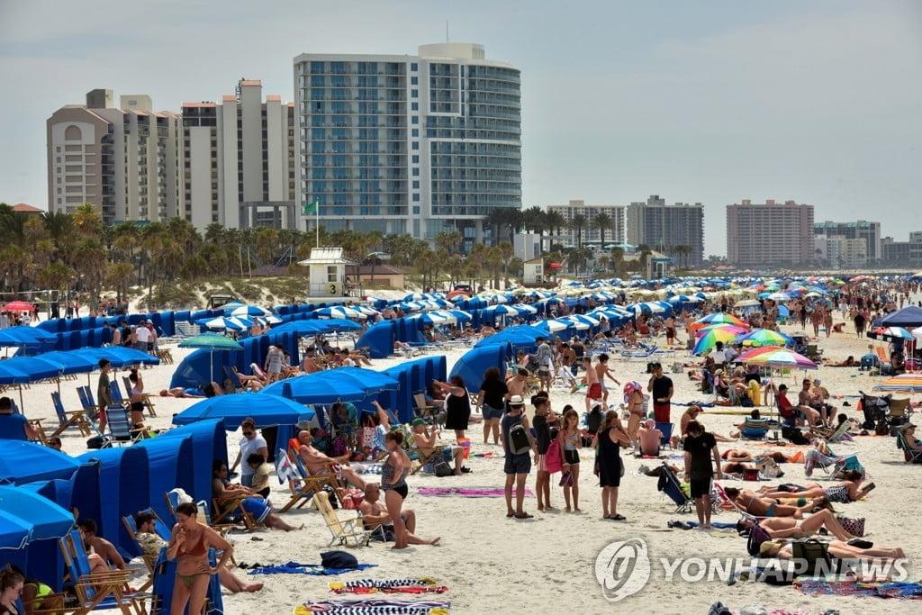 시민의식 어디로…美플로리다 해변, 수천명 몰려 `북적`