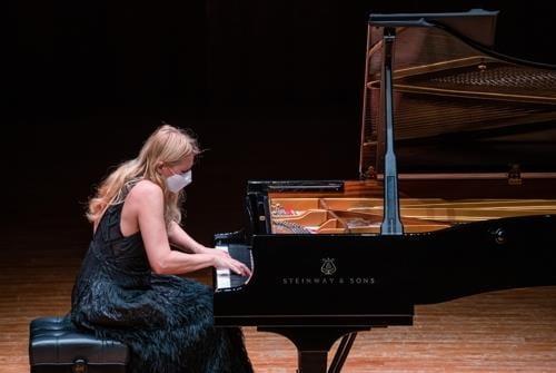 피아니스트 리시차, 마스크 쓴 채 공연 도중 `오열`…한때 공연 중단