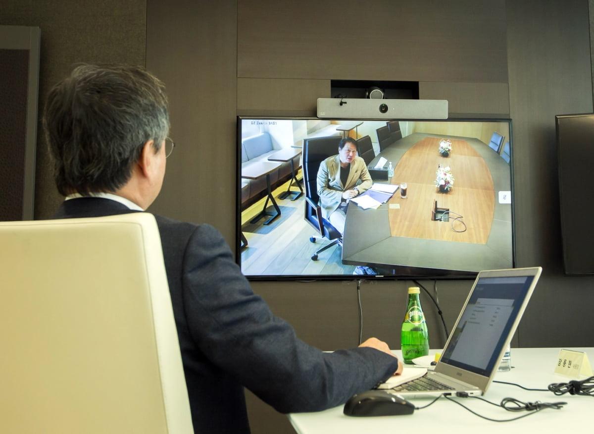 최태원 SK 회장이 24일 오전 화상으로 개최된 수펙스추구협의회에서 메시지를 전달하고 있다. (사진제공=SK)