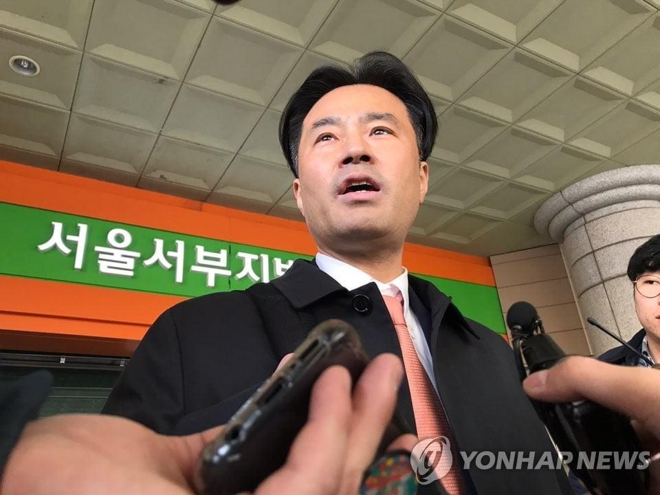"""`김웅 재판` 증인 출석한 손석희…조주빈 질문에는 """"나중에 이야기"""""""