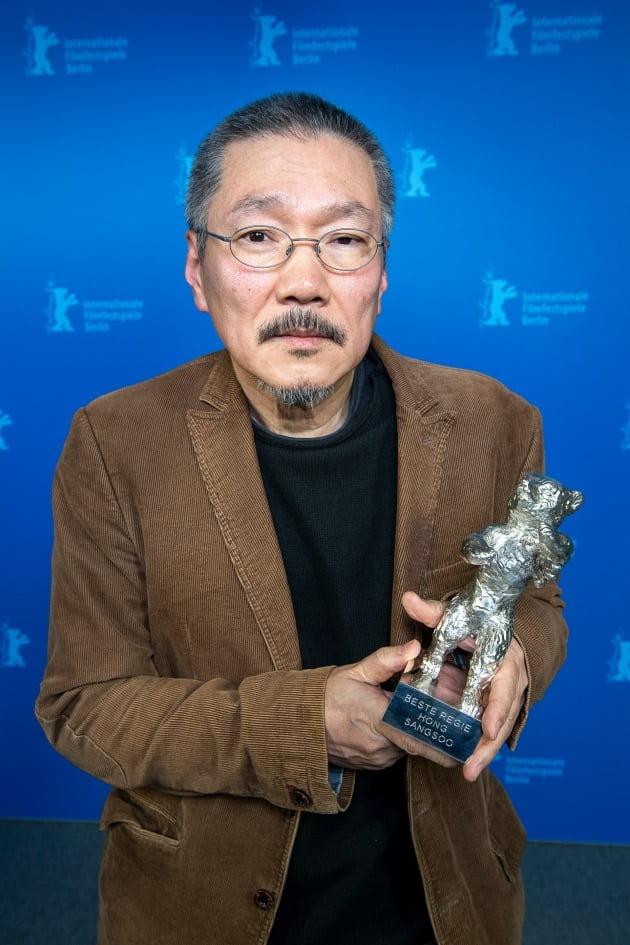 베를린영화제에서 은곰상 감독상을 수상한 홍상수 감독. /사진=베를린영화제 홈페이지