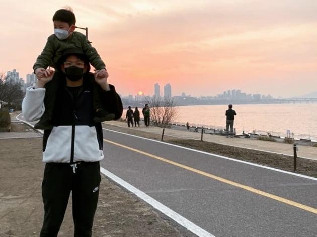 """장성규, 마스크 쓰고 아들과 한강 나들이 """"집에만 있어야 하는 요즘…미안해"""""""
