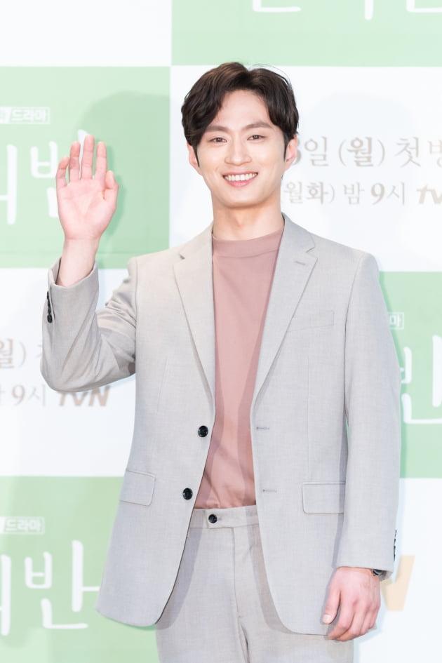 [TEN 포토] '반의반' 김성규, '핑크빛 훈남'