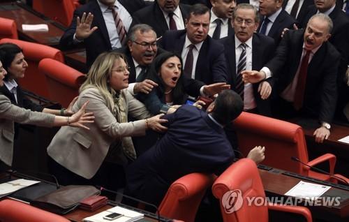 """""""야당의원이 에르도안 비판했다고""""…터키 의회 난투극"""