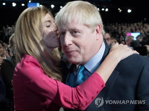 영국 존슨 총리 여자친구와 약혼…초여름에 출산 예정