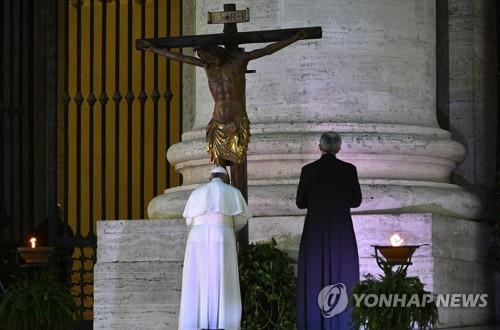 """봄비 오는 성베드로광장에 홀로 선 교황…""""인류를 구원하소서"""""""