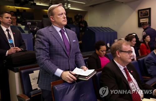 기자 된 백악관 전 대변인, 트럼프와 코로나19 브리핑서 문답