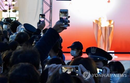 코로나19 우려에도 일본 국민, 올림픽 성화 전시에 수만명 운집