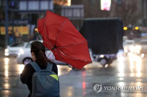 내일 태풍급 바람 강타…강풍에도 서울·경기·충북, 미세먼지(종합)