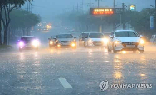 제주도 산지·북부 호우주의보…300㎜ 이상 많은 비