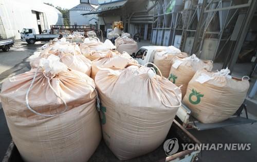 '집콕'에 집밥 쌀 소비 늘었으나 식당 소비는 뚝 떨어져