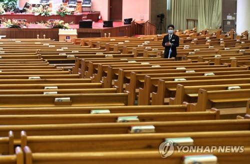 코로나로 텅빈 교회 예배당…주일예배 강행 교회에도 발길 줄어
