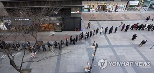 '마스크 공급' 농협마트 앞 끝없는 대기줄…아침부터 장사진