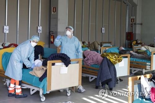 축구장 천막 병실에 병원 페리까지…의료 붕괴 직면한 이탈리아(종합)