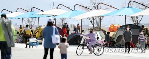 """""""봄바람에 코로나도 날아가길"""" 조심조심 휴일 꽃 나들이(종합)"""