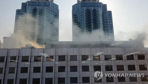 서울 여의도백화점 옥상서 불…60여명 대피