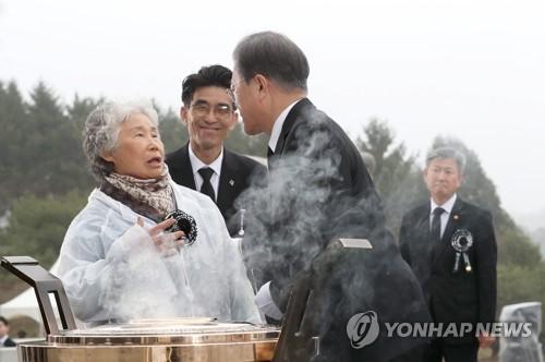 """천안함 용사 유족에 허리굽힌 문대통령…""""헌신에 끝까지 책임"""""""