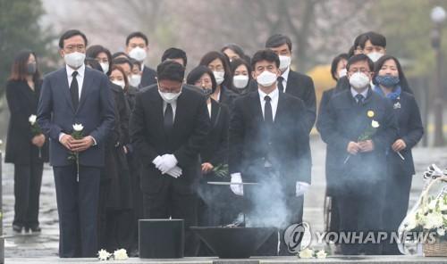 """권양숙, 시민당 후보들 격려 """"낮은 자세로 국민에 봉사해달라"""""""